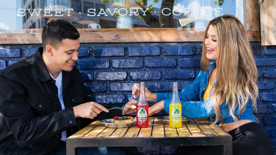 urocza para na randce przy jedzeniu